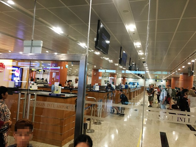ヤンゴン第一ターミナル 丸見えの入国審査 (2)