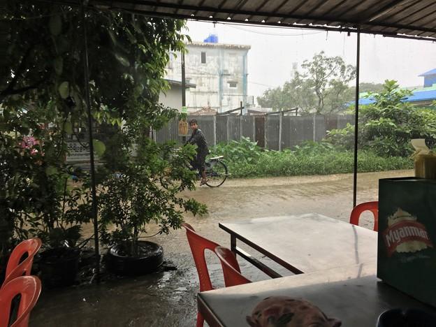 大雨の中で遊ぶ人たち (1)