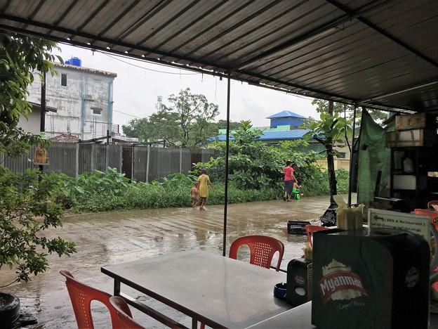 大雨の中で遊ぶ人たち (2)
