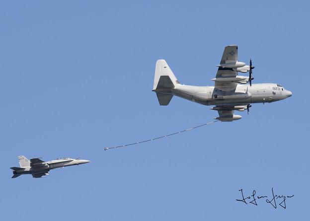 写真: 空中給油デモ