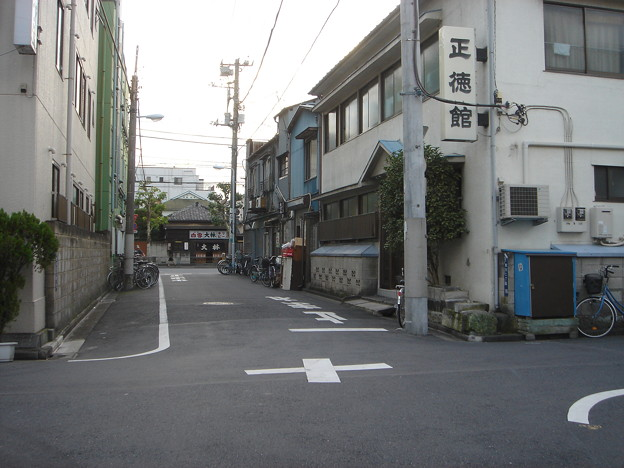 通りの向こうに懐かしい感じの飲み屋が見える。 DSC01639