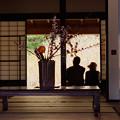 写真: お寺の縁側で一休み