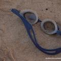 0024 砂に埋もれた水中眼鏡