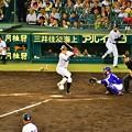 写真: 投球を迎え撃つ糸井