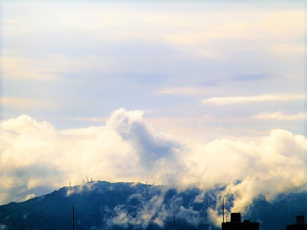 雲がかかる生駒山の電波塔