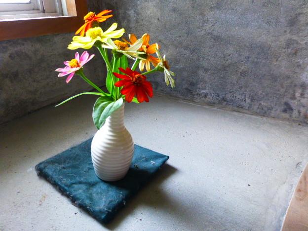 灯台に飾られた花
