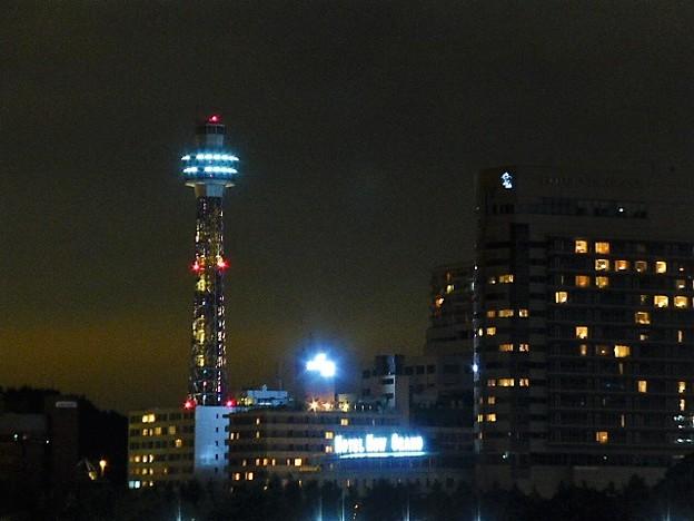 夜の横浜マリンタワー