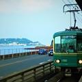 写真: 江ノ島と江ノ電