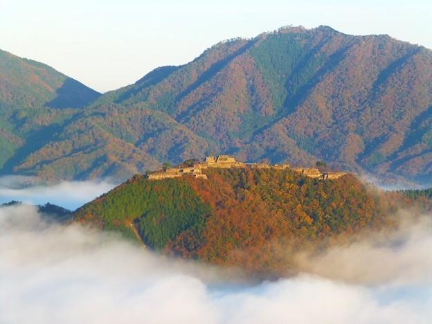 晩秋の霧に浮かぶ天空の城