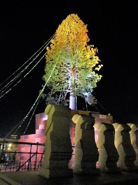 神戸海援隊の碑とクリスマスツリー