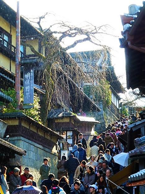 写真: 雪の降る産寧坂