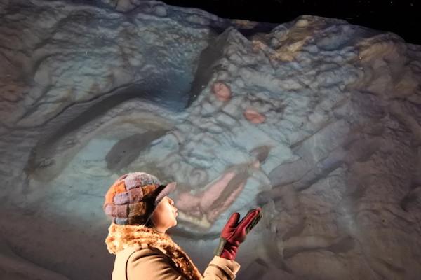 氷像(氷壁画?)とプロジェクションマッピングの龍とキス