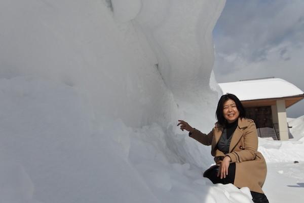 除雪された雪の壁を超えて積もった雪が屋根の様に