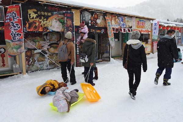 雪国では乳母車の代わりにソリが一般的