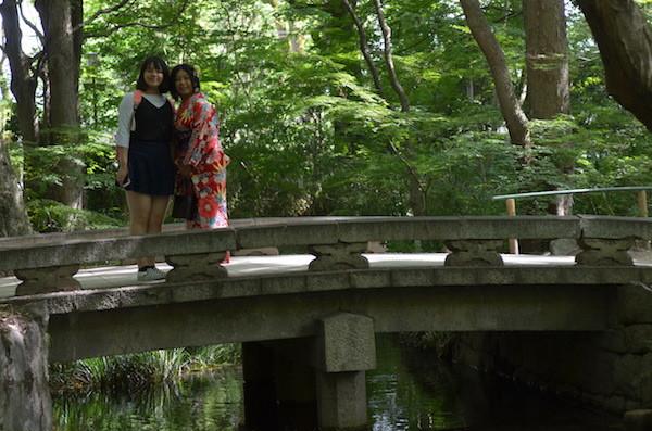 小川の上に架かる橋を渡って