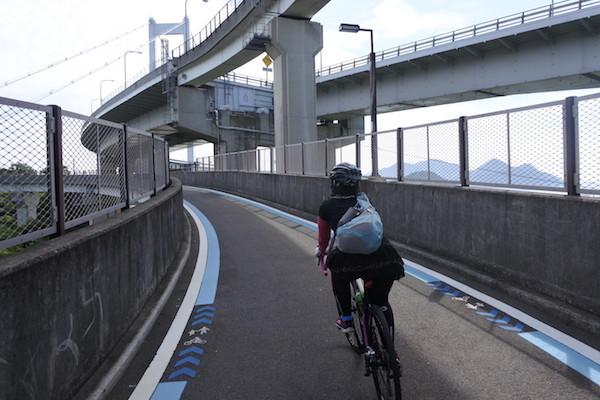 来島海峡大橋へは自転車専用のループ路を登る