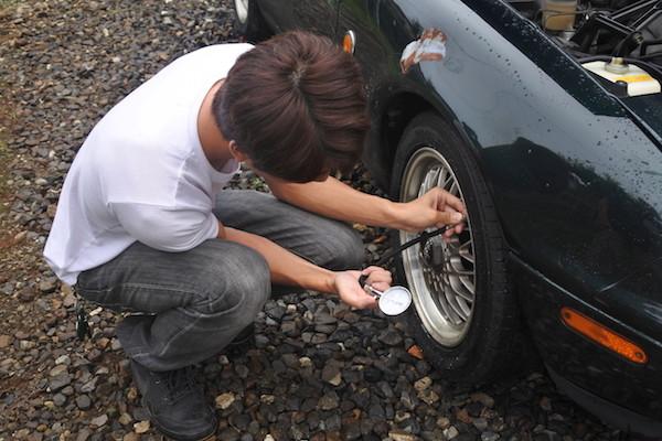 古い車なので油、水、空気圧をチェック