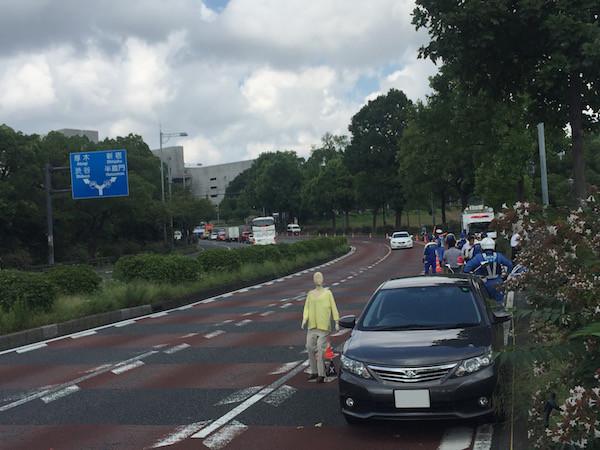 おそらく車から降りたドライバーと自転車の接触事故の実地検分