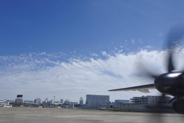 大阪伊丹空港からプロペラ機に乗り込み