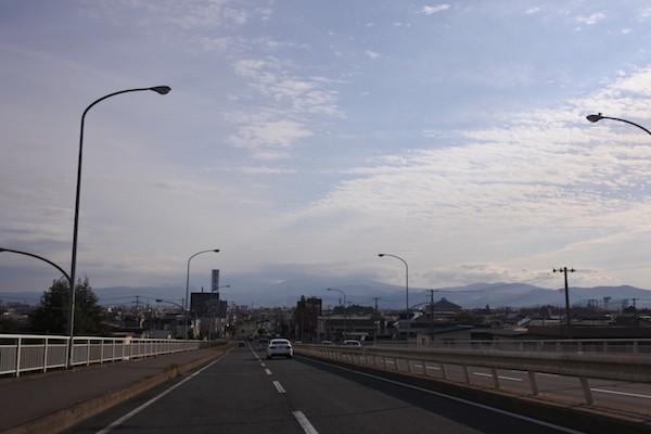 弘前市内から見ると八甲田が雲に隠れて見える