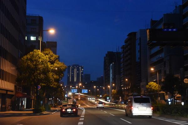 大阪市内に入る頃にやっと空が明るくなって来た