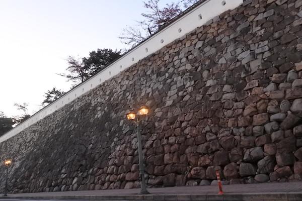 石垣が丸くなっているのは焼夷弾爆撃による火災の激しさを物語っている