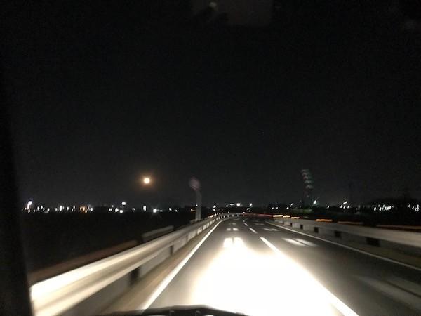 大きなお月様を見ながら東へ進む