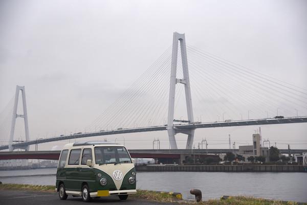 名港のハープ橋をバックにミニバスを撮影