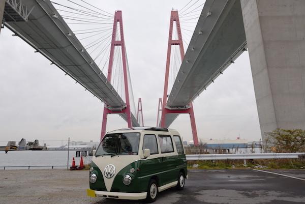 赤い2連ハープ橋の真下でもミニバスを撮影