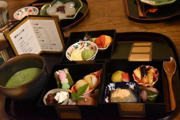 重箱の中に、綺麗&可愛い和菓子が色々入っています