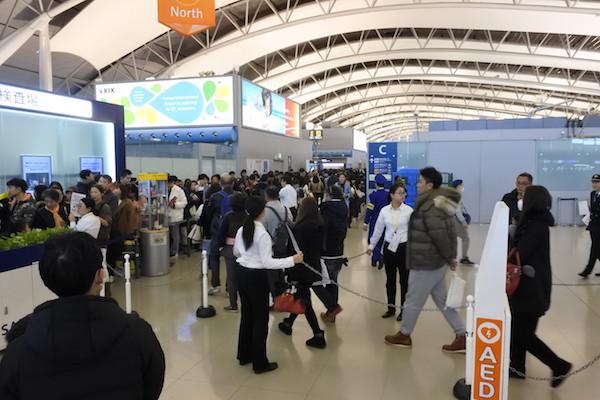 関西空港は大勢の人で手荷物検査場前だけでは並びきれず