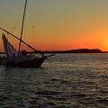 写真: 夕暮れの帆引き船