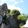 写真: 岩登りに挑戦